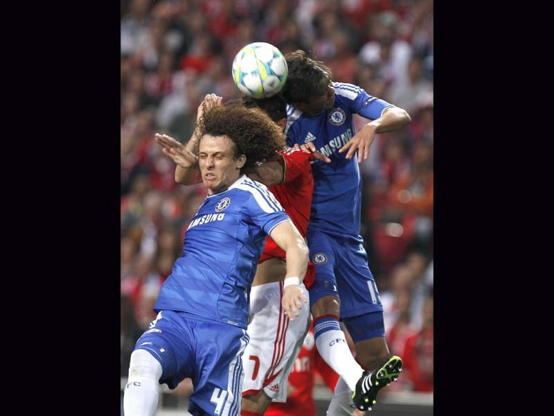 Chelsea's David Luiz from Brazil, left, and Paulo Ferreira from Portugal, right, background, fight for a high ball with Benfica's Oscar Cardozo, from Paraguay, during their Champions League first leg quarterfinal soccer match at Benfica's Luz stadium in Lisbon. AP Photo/Francisco Seco