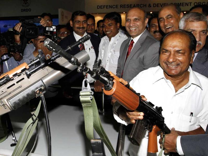 Defence minister AK Antony holds a machine gun after inaugurating Defexpo 2012 at Pragati Maidan in New Delhi on Thursday. HT Photo/Arvind Yadav.