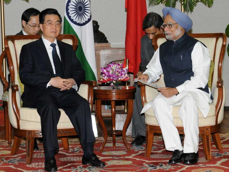 In this handout photograph released by India's Press Information Bureau (PIB) shows Prime Minister Manmohan Singh and President China Hu Jintao talk at a bilateral meeting on the sidelines of the BRICS Summit in New Delhi. (AFP photo)