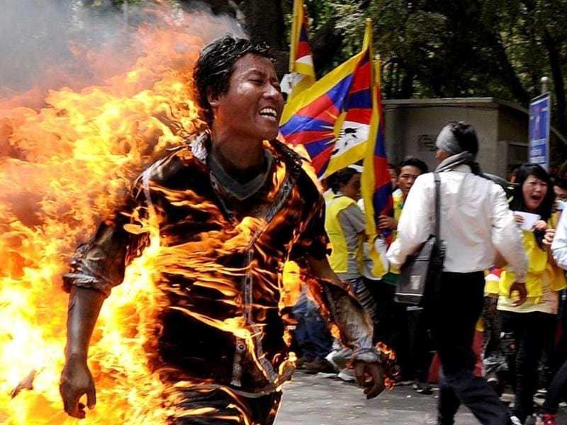 Tibetan exile Janphel Yeshi, 27, runs as he is engulfed in flames after he set himself on fire during a protest in New Delhi. (AFP photo)