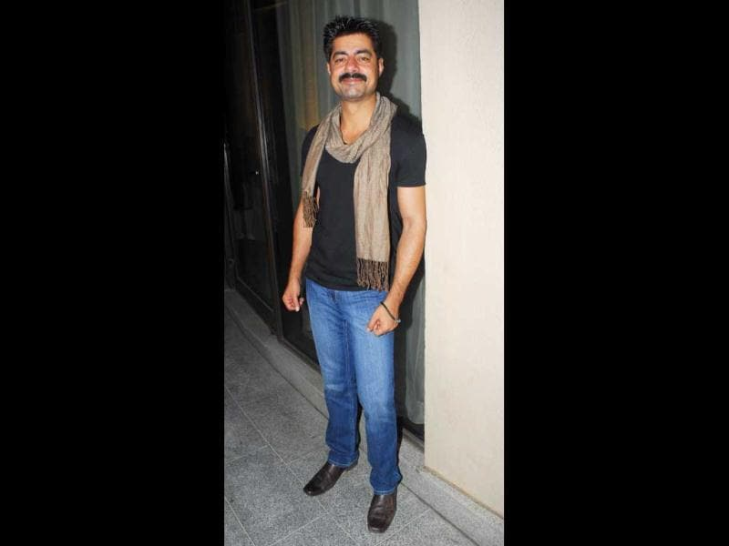 Actor Sushant Singh looks pretty darn good in jeans, black T-shirt and a mooch. (HT Photo)