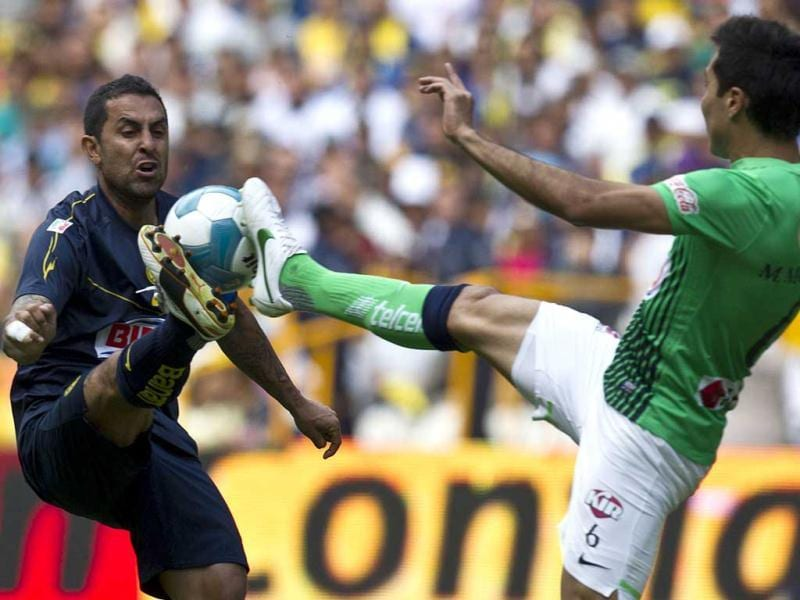 America´s Daniel Montenegro, left, fights for the ball with Monterrey´s Hector Morales during a Mexican soccer league match in Mexico City. (AP Photo)