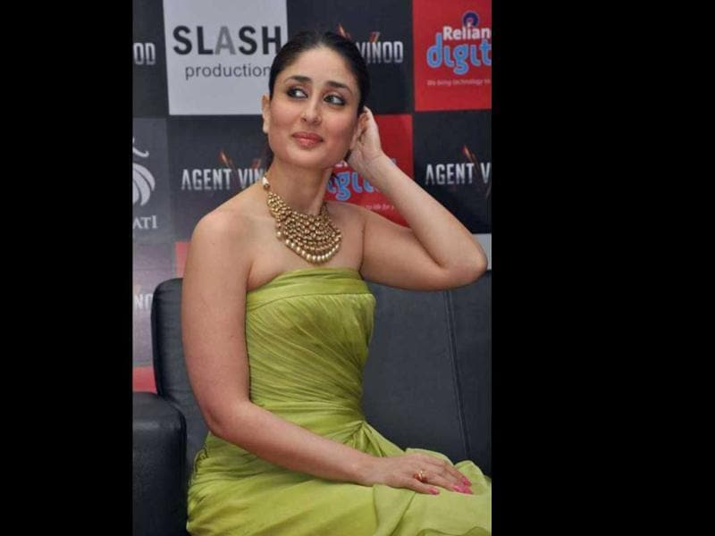 Kareena Kapoor is clad in a green dress at Agent Vinod's promotions. The fat on her arms is just bulging out of the picture. Wearing a tube is not a good option for Kareena now.