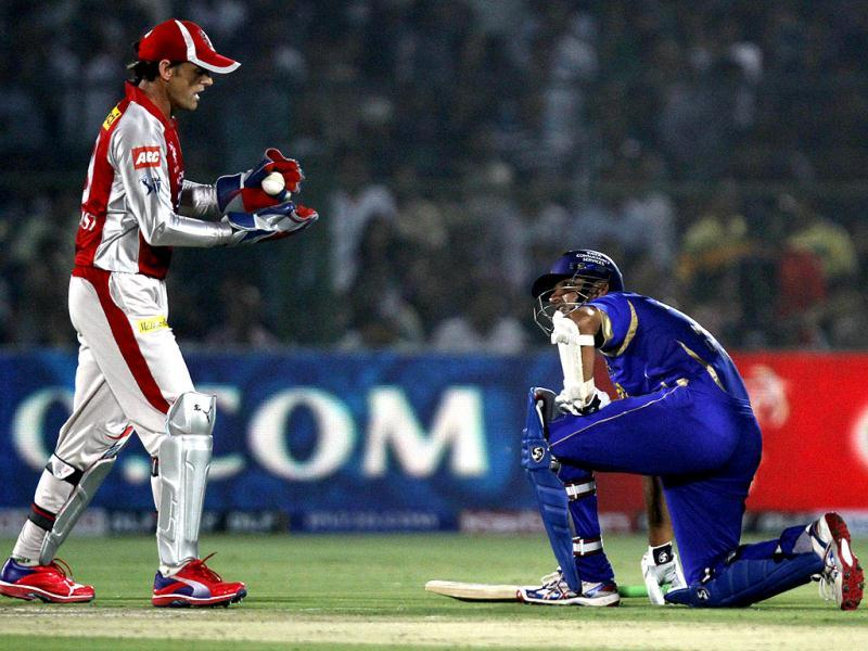 Rajasthan Royals Rahul Dravid and wicketkeeper Kings XI Punjab Adam Gilchrist during the IPL-5 in Jaipur. (HT Photo/Virendra Singh Gosain)