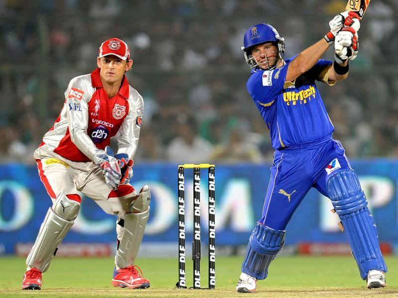 Kings XI Punjab wicketkeeper Adam Gilchrist (L) looks as Rajasthan Royals batsman Brad Hodge plays a shot during the IPL Twenty20 cricket match between Rajasthan Royals and King XI Punjab at The Sawai Mansingh Stadium in Jaipur. (AFP Photo/Raveendran)