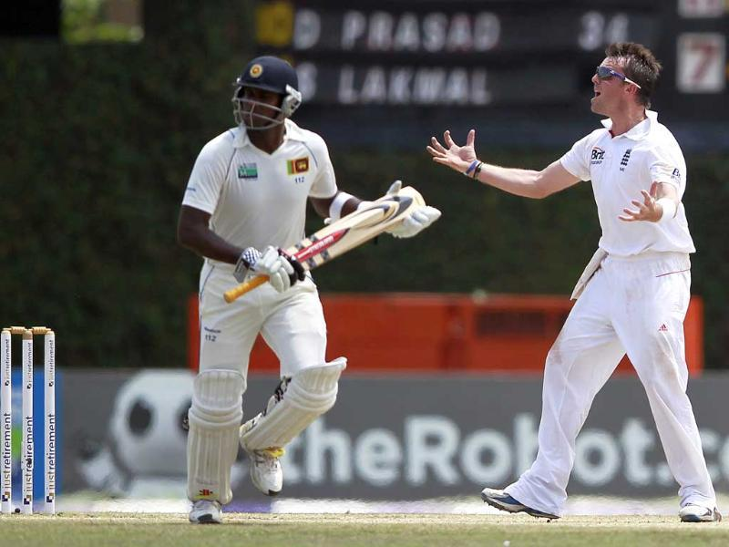 England's Graeme Swann (R) reacts as Sri Lanka's Angelo Mathews runs between wickets during the final day of the final Test cricket match in Colombo. Reuters/Dinuka Liyanawatte