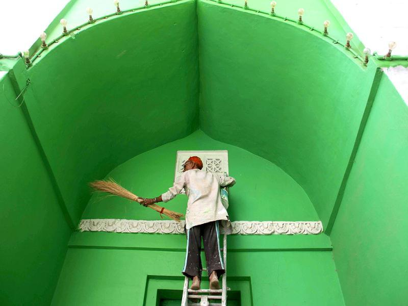 Ajmer Sharif Dargah being cleaned and painted on the eve of Pakistan President Asif Ali Zardari's visit. HT photo/Deepak Sharma