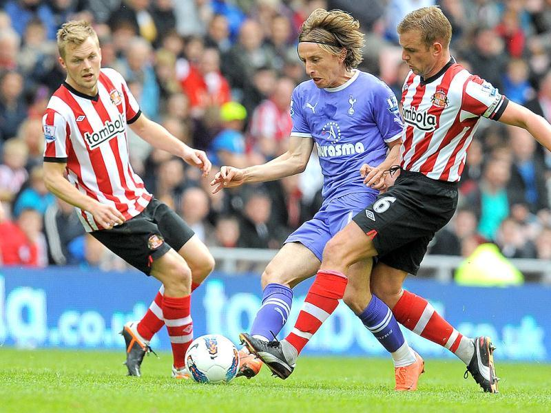 Tottenham Hotspur's Croatian midfielder Luka Modric (2nd L) vies with Sunderland's English midfielder Lee Cattermole (R) and Swedish midfielder Sebastian Larsson (L) during the English Premier League football match between Sunderland and Tottenham Hotspur at The Stadium of Light in Sunderland. AFP
