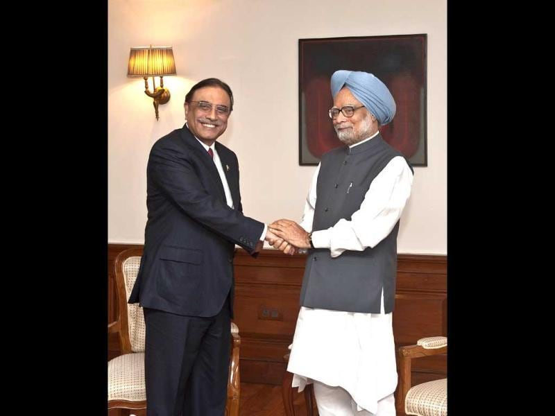 Prime Minister Manmohan Singh (R) shakes hands with Pakistan President Asif Ali Zardari during a meeting in New Delhi. AFP Photo