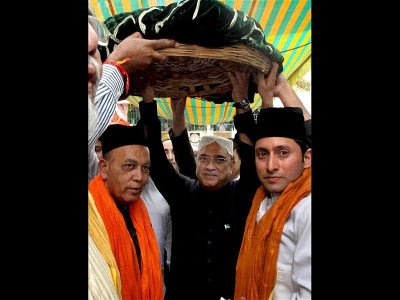 Pakistan President Asif Ali Zardari on the way to offer a chader at the shrine of Khwaja Moinuddin Chishti in Ajmer. PTI