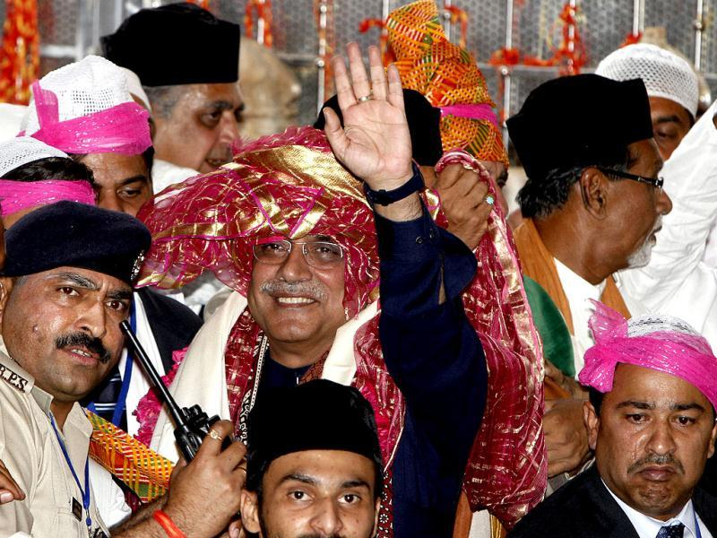 Pakistan's President Asif Ali Zardari after paying respect at Ajmer Sharif Sufi shrine. (HT Photo/Mohd Zakir)