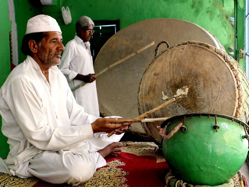 Traditional percussionists beat a set of centuries-old drums as Pakistan's President Asif Ali Zardari arrives at the Ajmer Sharif Sufi shrine. The drum-beating ceremony is held only for visiting heads of states. (HT Photo/Mohd Zakir)