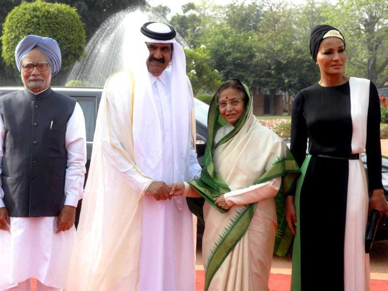 Emir of the State of Qatar, Sheikh Hamad Bin Khalifa Al-Thani and her Highness Sheikh Moza Bint Nasser being received by President Pratibha Patil and Prime Minister Manmohan Singh for a ceremonial reception at Rashtrapati Bhavan in New Delhi.