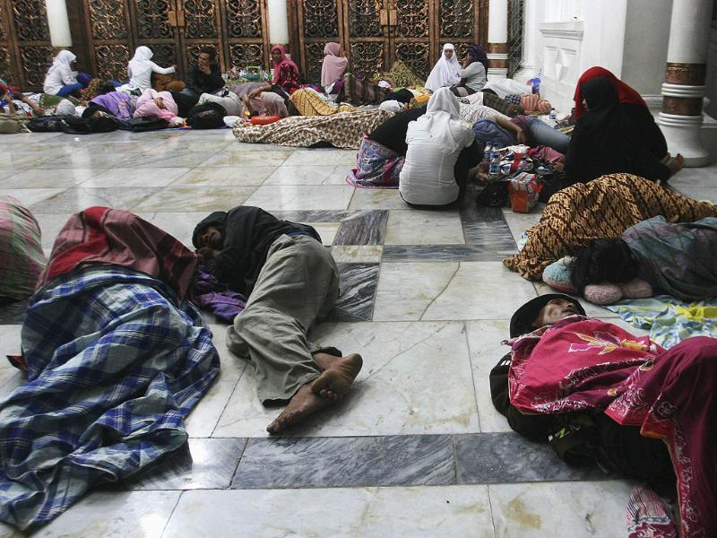 Residents sleep on the floor of Baiturrahman Mosque after an earthquake hit Banda Aceh, in Indonesia's Aceh province. Reuters/Junaidi Hanafiah