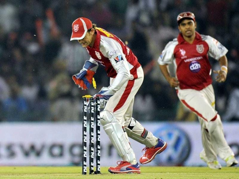 Kings XI Punjab captain and wicketkeeper Adam Gilchrist (L) takes the ball to run out Pune Warriors batsman Jesse Ryder during the IPL Twenty20 cricket match between Kings XI Punjab and Pune Warriors at PCA Stadium in Mohali. AFP Photo/Prakash Singh