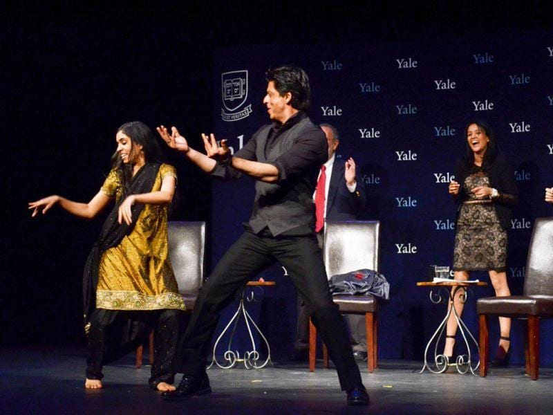 SRK dancing with Yale students. Courtesy: Yale website
