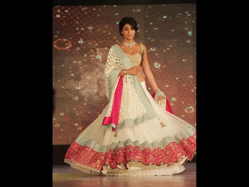 Shreya Saran pulls off the ethnic attire quite well.