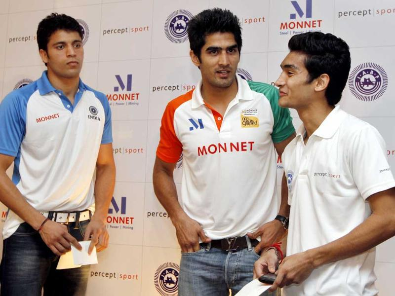 Boxers Sumit Sangwan (L), Vijender Singh (C) and Shiva Thapa during a felicitation ceremony organised by IABF in New Delhi. HT Photo/Virendra Singh Gosain