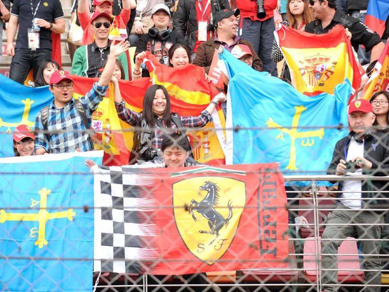 Race fans cheer before the start of Chinese Grand Prix in Shanghai. (AFP Photo/Peter Parks)