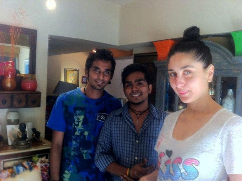 Kareena Kapoor in no make-up look with two of her fans.