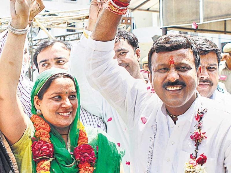 Neelam of Indian National Lok Dal with husband Krishan Pahalwan after winning the election from Dhichaun Kalan. Vipin Kumar/HT