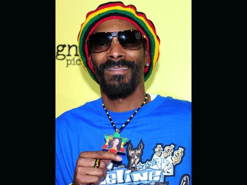 Snoop Dogg displays an image of Bob Marley worn on a star around his neck on arrival for the Los Angeles Premiere of 'Marley', a film by Kevin MacDonald, on in Hollywood, California. (AFP photo/Frederic J. Brown)