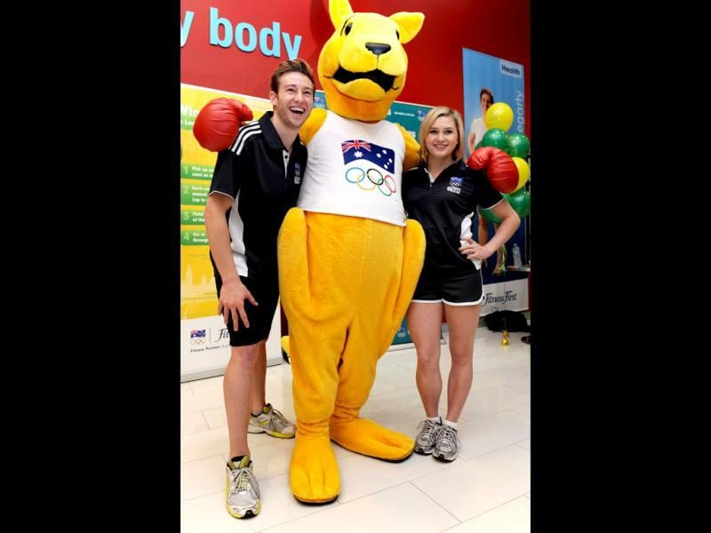 Australia's Beijing 2008 Olympic diving gold medallist Matt Mitcham (L) and silver medallist Melissa Wu (R) pose with the Boxing Kangaroo as the Australian Olympic Committee (AOC) in Sydney . AFP Photo / William West