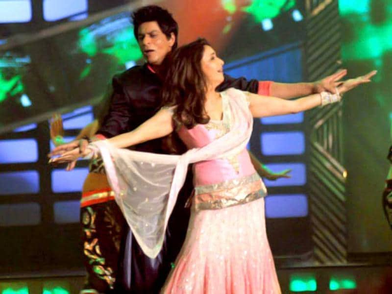 Shah Rukh Khan sings My Heart Will Go On for Madhuri Dixit at Filmfare 2011.