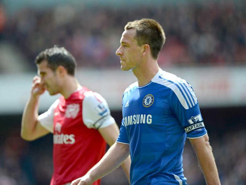 Chelsea's English captain John Terry (R) and Arsenal's Dutch captain Robin Van Persie (L) seen during the English Premier League football match at The Emirates Stadium in London. (AFP Photo/Adrian Dennis)
