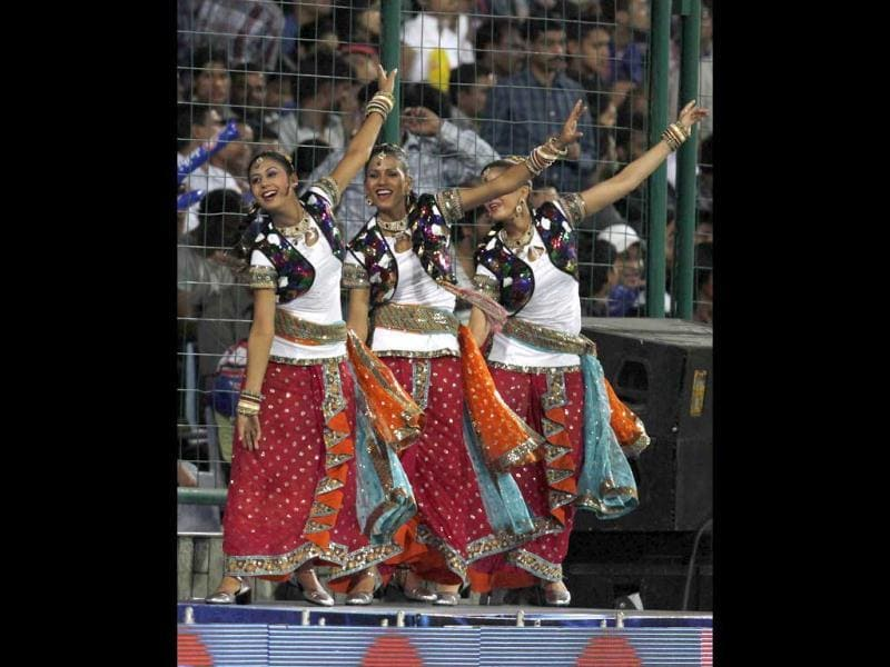 Cheer leaders dances during the IPL 5 match played between Daredevils and Pune Warrior at the Ferozshah Kotla in New Delhi. (HT Photo/Sunil Saxena)