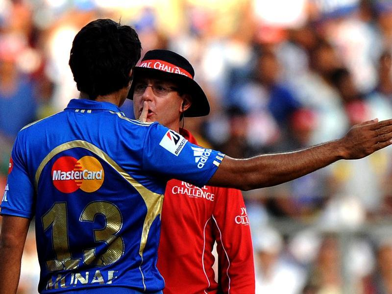Mumbai Indians bowler Munaf Patel is cautioned by umpire Rod Tucker after a verbal spat with Kings XI Punjab batsman Mandeep Singh during the IPL Twenty20 cricket match in Mumbai. (AFP Photo/Indranil Mukherjee)