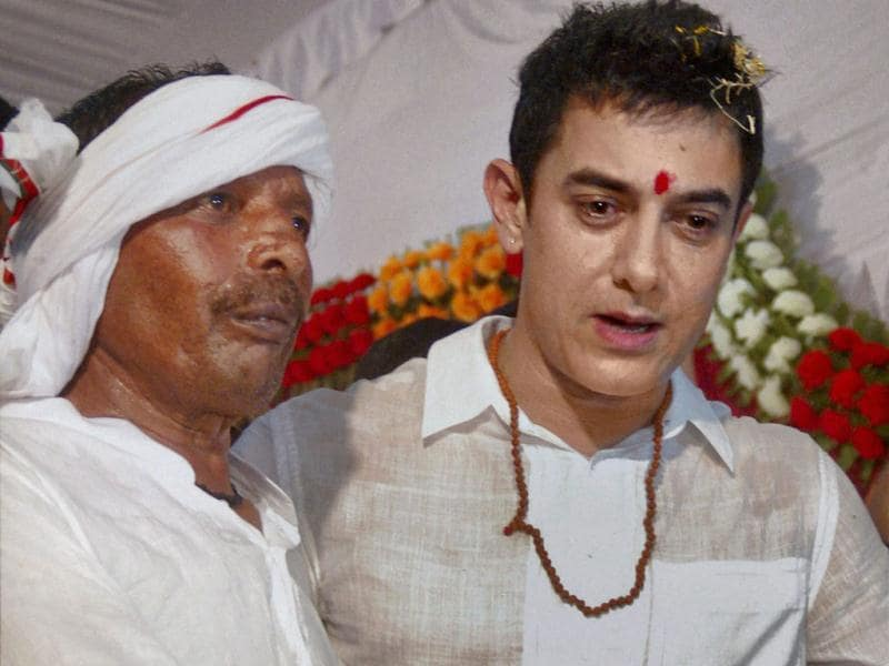 Aamir Khan with Nathuni, the rickshaw puller at his son's wedding in Varanasi on April 25.