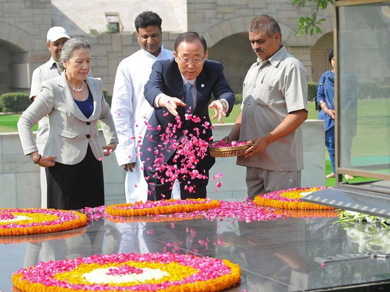 Ban and his wife scatter rose petals as they pay their respects at the Mahatma Gandhi Memorial at Rajghat. AFP/Raveendran