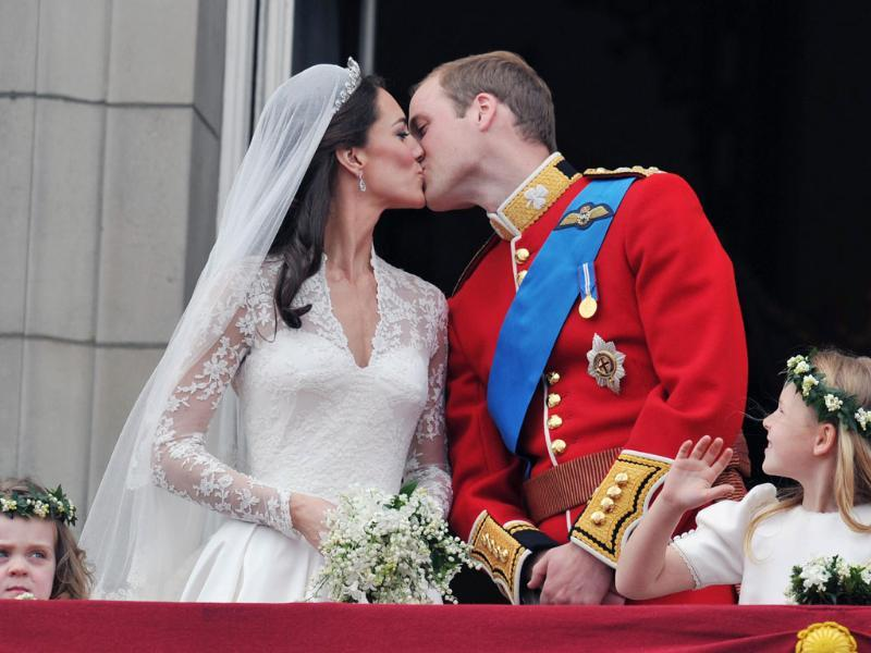 Britain's Prince William and his wife Catherine, Duchess of Cambridge kiss on the balcony of Buckingham Palace, following their wedding at Westminster Abbey in London. (Reuters/John Stillwell/Pool)