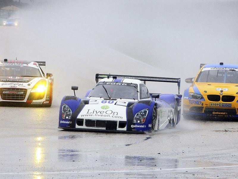 The #60 Ford Riley of Oswaldo Negri and John Pew leads a pack of cars through a heavy downpour during the Grand Prix of Miami at Homestead-Miami Speedway in Homestead, Florida. (AFP Photo)