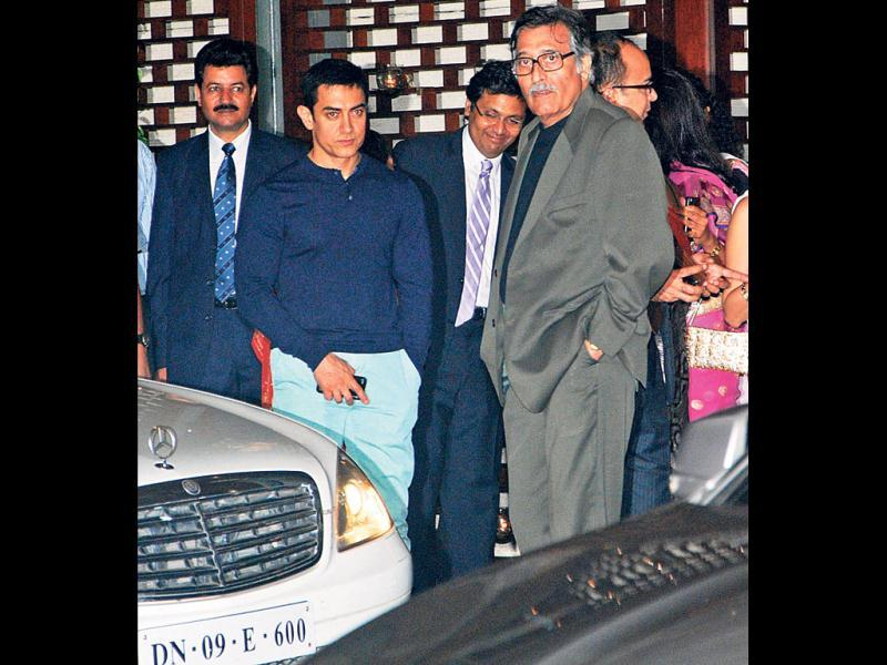 Aamir Khan was seen hanging out with Vinod Khanna. (HT Photo)