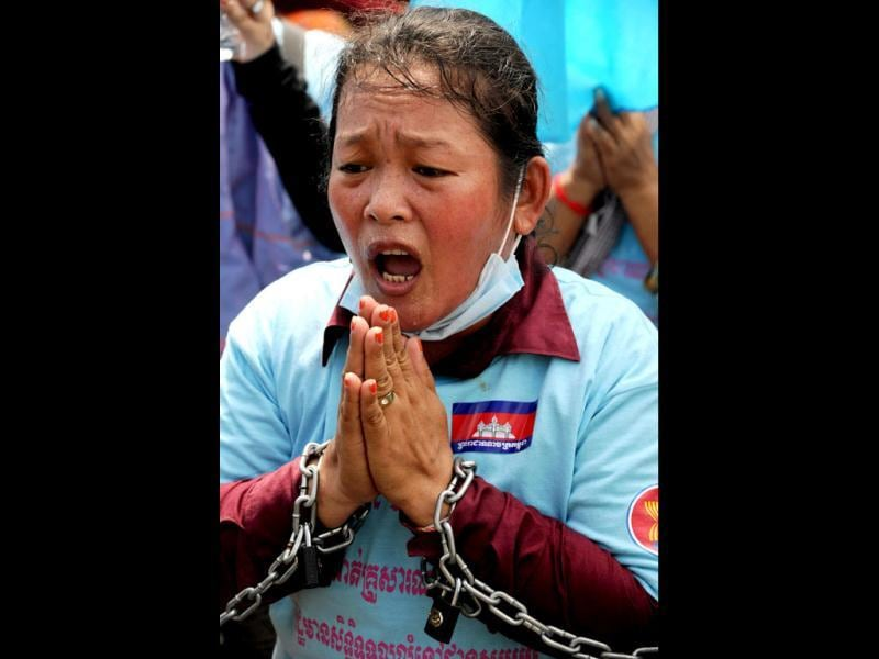 A Cambodian woman prays during a protest to mark international workers day in Phnom Penh May 1, 2012. Activists around the world mark international workers' day with marches demanding better working conditions, more jobs and higher wages. (AFP Photo)