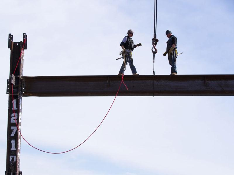 Iron workers Jim Brady (R) and Billy Geoghan walk onto an iron beam after maneuvering it into place on the 100th story of One World Trade in New York. (AFP photo)