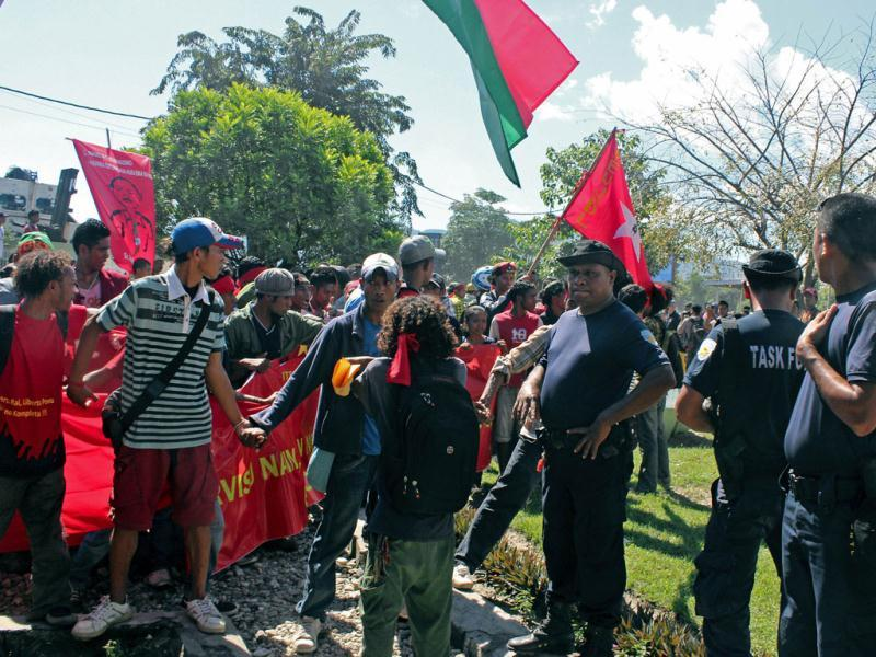 East Timorese police face demonstrators demanding higher wages during a rally marking international workers' day near the Dili port on May 1, 2012. Police fired warning shots and dispersed protestors as they tried to march to a nearby hotel while to protest the contract terminations of several workers. (AFP Photo)