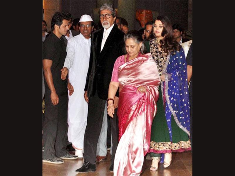 Ash with Bachchan clan at Riteish-Genelia's wedding.