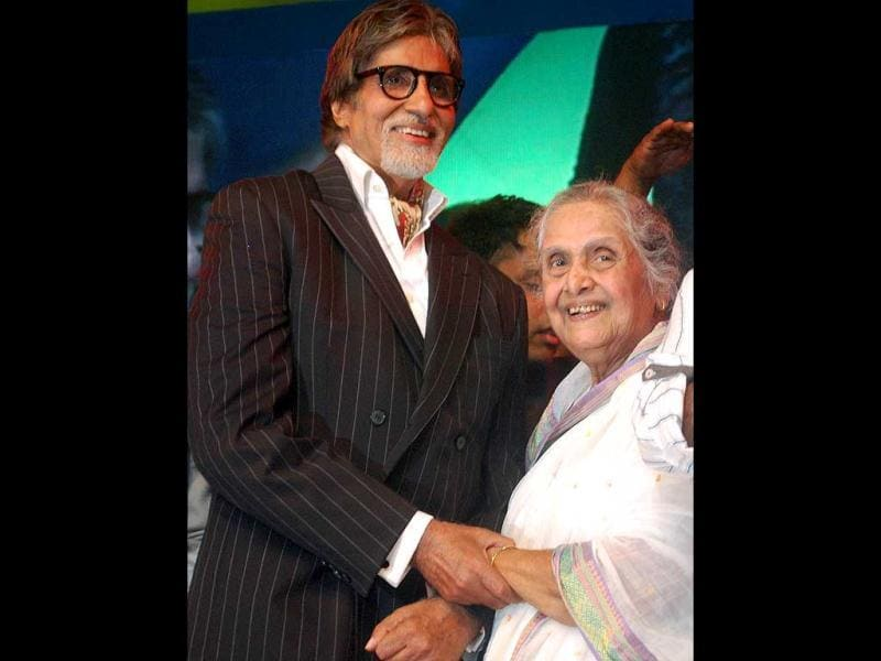 Megastar Amitabh Bachchan with Marathi actor Sulochana during the 143rd Dadasaheb Phalke Academy Awards 2012.