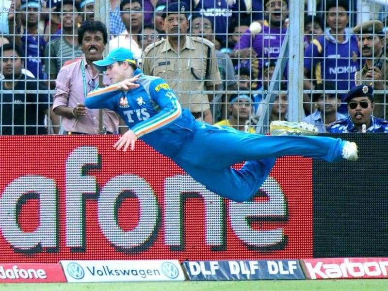 Pune Warriors India fielder Steve Smith attempts a catch at the boundary line during the IPL Twenty20 cricket match between Kolkata Knight Riders and Pune Warriors at The Eden Gardens in Kolkata. AFP Photo/Dibyangshu Sarkar