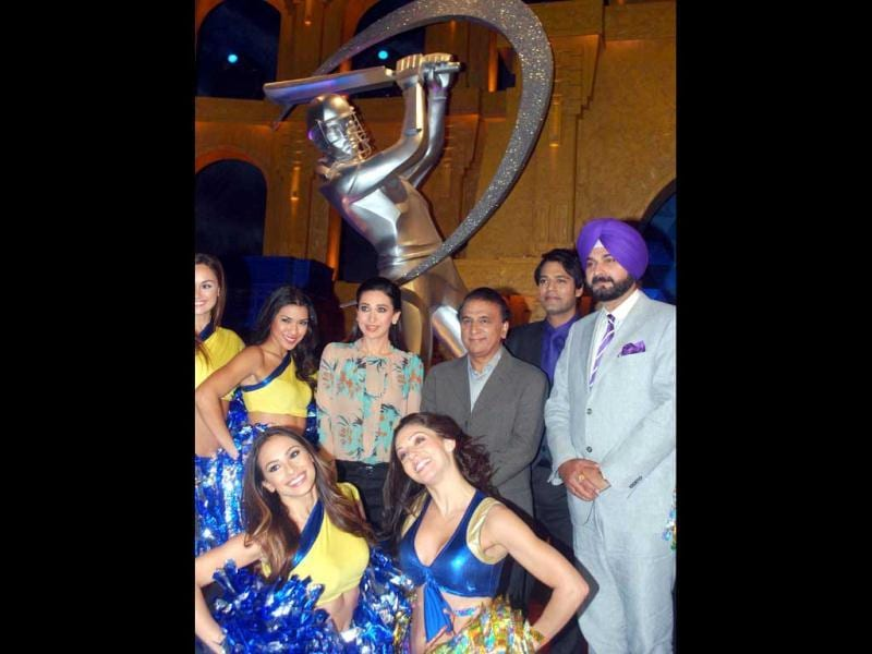Bollywood actress Karisma Kapoor with cricketer Sunil Gavaskar, Navjot Singh Sidhu and anchor Samir Kochhar with IPL cheer girls on the set of Extra innings T20 to promote the upcoming movie Dangerous Ishhq.