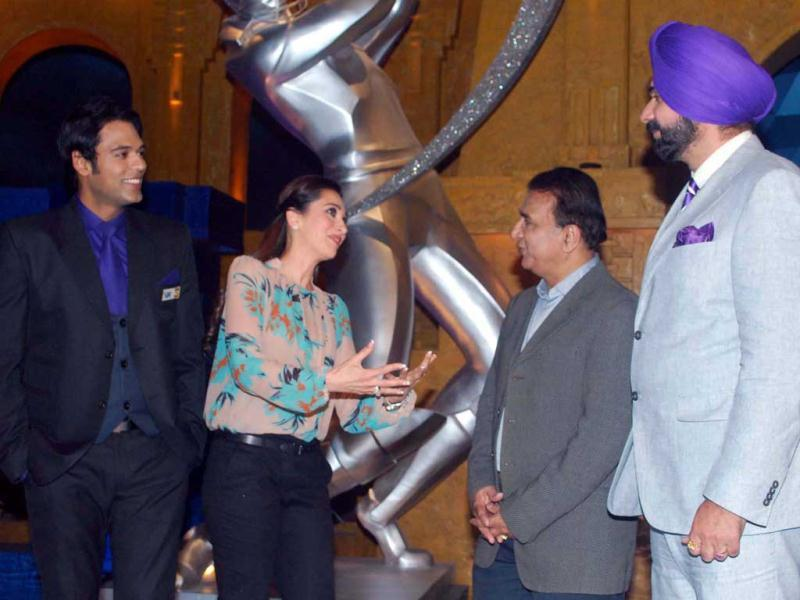Karisma Kapoor interacts with legendary cricketer Sunil Gavaskar along with Navjot Singh Sidhu and anchor Samir Kochhar on the set of Extra innings T20 to promote her upcoming movie Dangerous Ishhq.