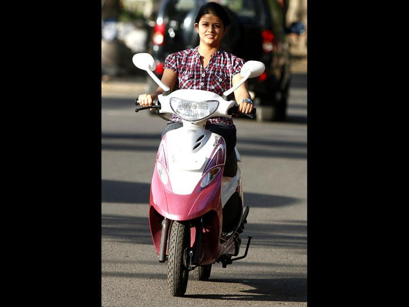 Aakriti Goel, student of MCM College Chandigarh, rides all the way from Panchkula to Chandigarh on her scooty. HT Photo Rajnish Katyal