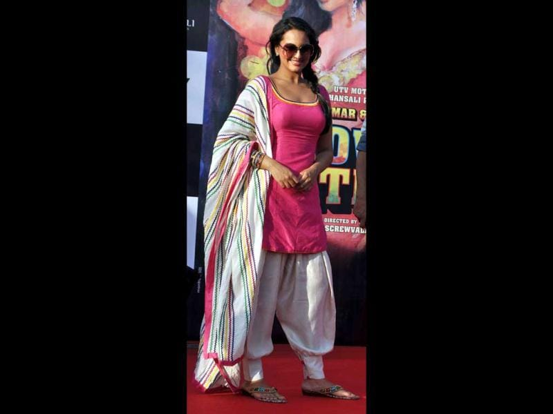 Sonakshi looks pretty in a pink salwaar-kameez. (AFP photo)