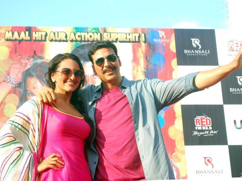 Sonakshi Sinha and Akshay Kumar in vibrant attires! (UNI photo)