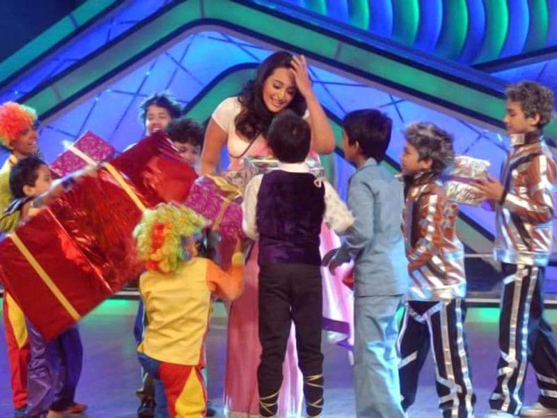 Sonakshi Sinha receives gifts from the kids on the dance show.