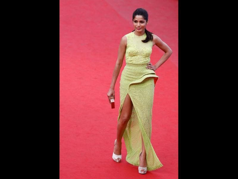 Freida flaunts her very toned legs in her Versace dress.