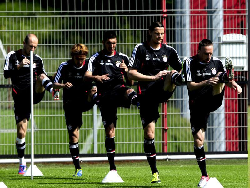 Players of German soccer club FC Bayern Muenchen (from L to R) Bayern Munich's Dutch midfielder Arjen Robben, Bayern Munich's Japanese midfielder Takashi Usami, Bayern Munich's defender Emre Can, Bayern Munich's Belgian defender Daniel van Buyten and Bayern Munich's French midfielder Franck Ribery train during a training session on the eve of UEFA Champions League final football match of FC Bayern Muenchen vs Chelsea FC in Munich. (AFP Photo)